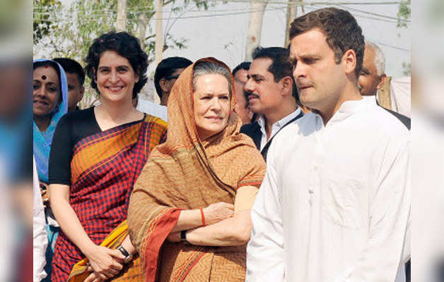प्रियंका, सोनिया और राहुल गांधी (फाइल फोटो)