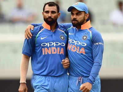 कप्तान विराट कोहली के साथ मोहम्मद शमी।