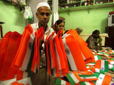 मुंबई में रहने वाले एक मुस्लिम शख्स का परिवार 15 वर्षों से तिरंगा बनाता आ रहा है