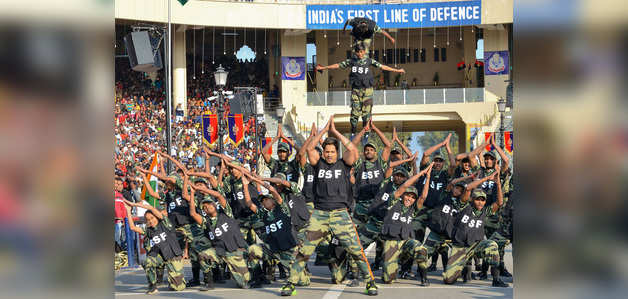 वरुण धवन ने वाघा बॉर्डर पर जवानों के साथ मनाया गणतंत्र दिवस