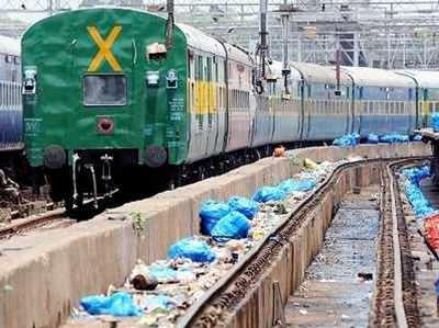 रेलवे ट्रैक पर बिखरा हुआ कचरा