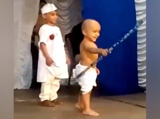 गांधीजी और चाचा नेहरू के गेटअप में बच्चे