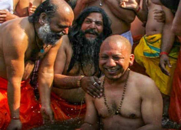 कुंभ में स्नान के वक्त योगी के पास साधु-संतों का जमावड़ा