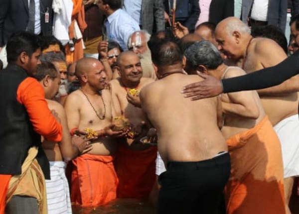 कुंभ में आस्था की डुबकी, योगी ने की पूजा-अर्चना