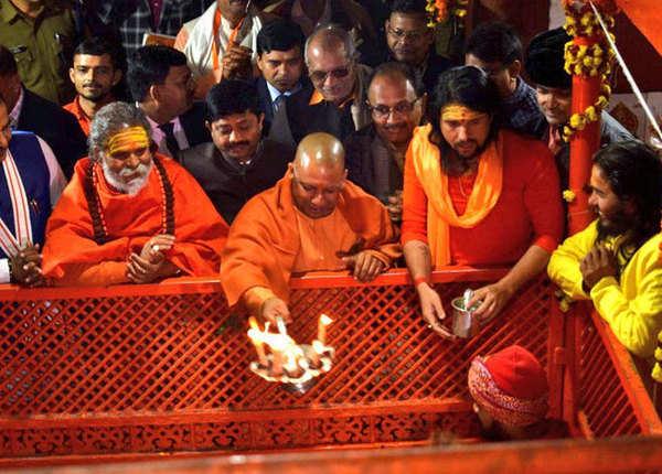 कुंभ स्नान से पहले हनुमान मंदिर में की पूजा-अर्चना