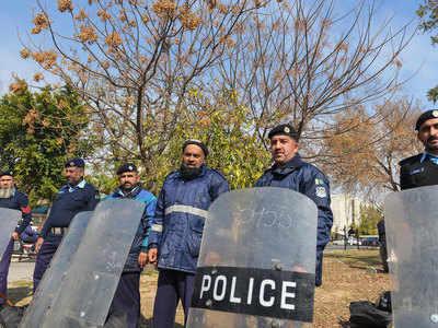 पाकिस्तान सुप्रीम कोर्ट के बाहर तैनात पुलिसकर्मी