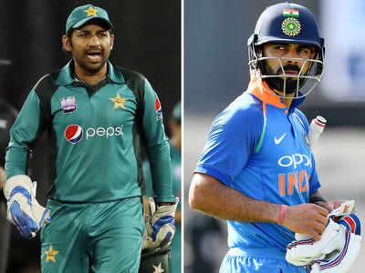 पाक कप्तान सरफराज अहमद और भारतीय कप्तान विराट कोहली (दाएं)।