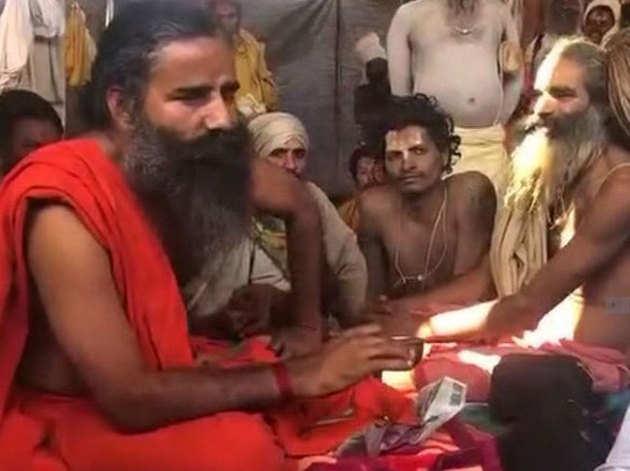 संतों के बीच चर्चा में बैठे योगगुरु रामदेव।