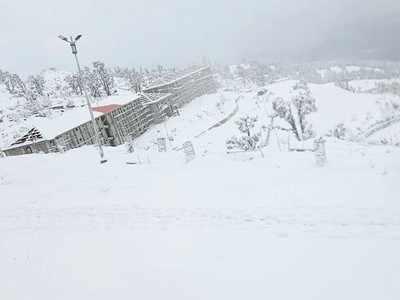 उत्तराखंड के गैरसैंण में बर्फबारी