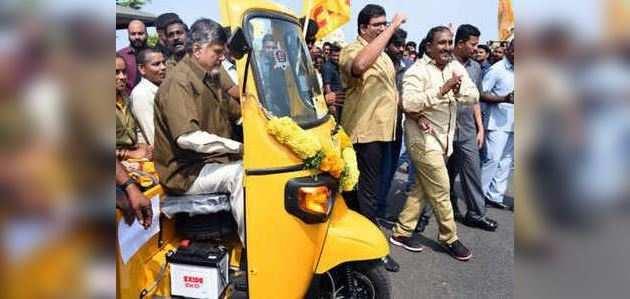आंध्र प्रदेश सीएम ने पहनी ड्राइवर की वर्दी और चलाया ऑटो रिक्शा