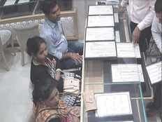 women posed as consumer steal 7 lakh worth necklace from gold exhibition