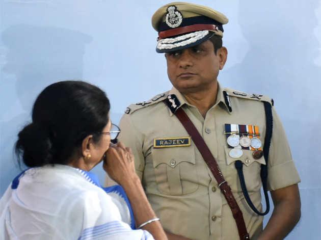 ममता के साथ पुलिस कमिश्नर राजीव कुमार (फाइल फोटो)