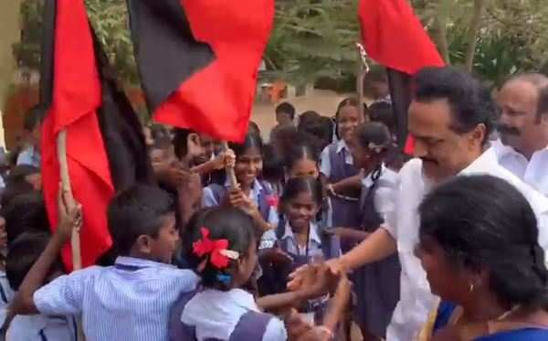 dmk chief mk stalin came out of from car for seeing school kids in keeladi