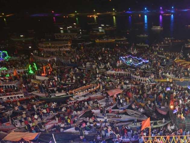 वाराणसी के गंगा तट पर लोगों की भीड़