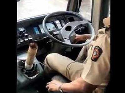 जब्त बस को लेकर जाता पुलिसकर्मी