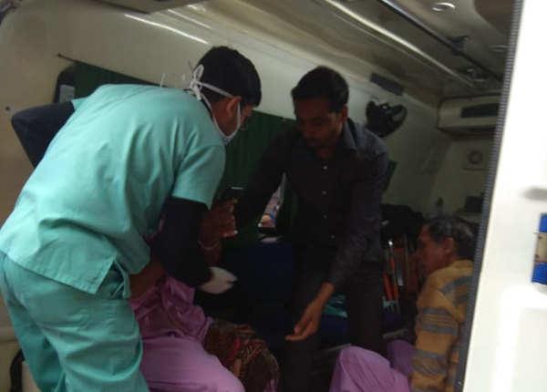 अस्पताल स्टाफ मरीजों को निकालने में जुटा