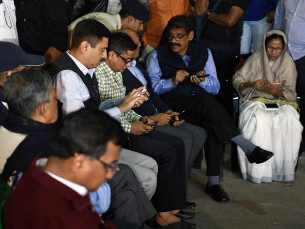 इस तस्वीर में ममता के धरने में CP राजीव कुमार भी दिख रहे हैं