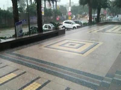 दिल्ली-NCR में तेज बारिश के साथ गिरे ओले