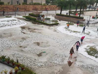 दिल्ली-एनसीआर में गिरे ओले, कश्मीर जैसा हुआ मौसम