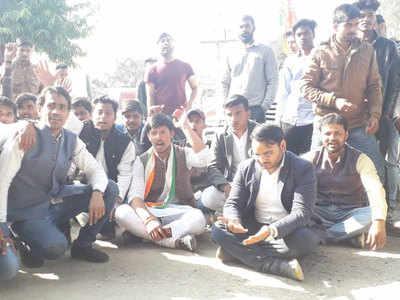 Priyanka Gandhi Ke Road Sho Mein Uchakaakon Ne Udaae Darjanon Mobile Phone, Dharane Par Baithe Congressi Neta