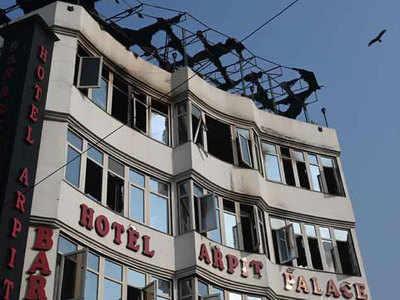 Delhi Hotel Aag Neend Mein Besudh Logon Ko Leel Gaya Dhuaan, Takiyon Ka Sahaara Lekar Koodane Lage Log