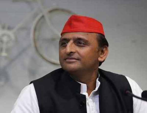 sp supremo akhilesh yadav blocked at lucknow airport