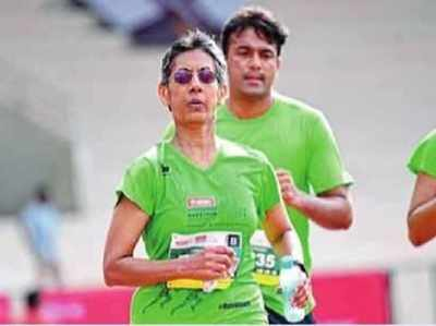 Umr 60 Ke Paar, 10 Kilometer Marathon Mein Jeeta Silver Medal