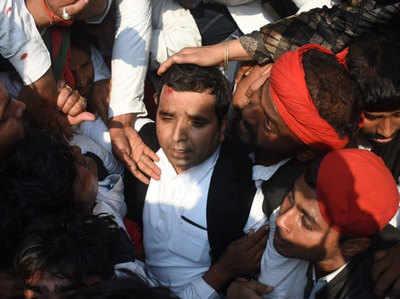 Allahabad Mein SP Cheef Akhilesh Ki 'No Entry', Bavaal Mein Chotil Hue Samaajavaadi Saansad Dharmeindr Yadav