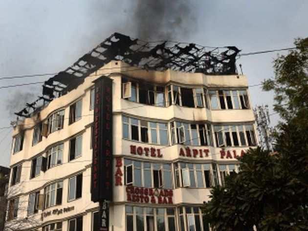 दिल्ली के होटल में आग: पुलिस ने IPC सेक्शन 304, 308 के तहत केस दर्ज