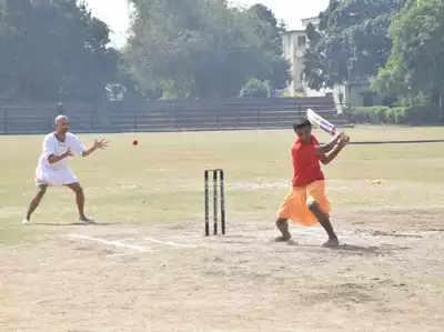 वाराणसी: धोती-कुर्ता पहनकर खिलाड़ियों ने लगाए चौके-छक्के, संस्कृत में हुई क्रिकेट कमेंट्री