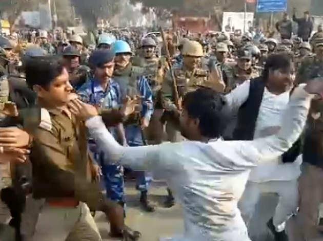 एसपी कार्यकर्ता ने पुलिस अधिकारी को मारा थप्पड़
