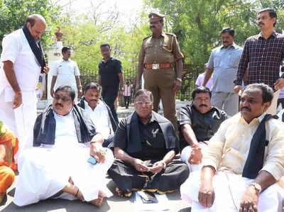 हेल्मेट रूल: पुडुचेरी के सीएम वी नारायणसामी राजभवन के बाहर धरना पर बैठे