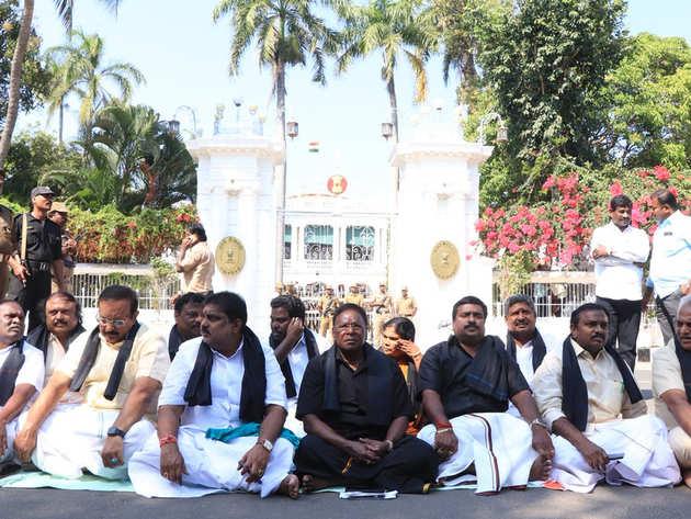 पुडुचेरी में राज निवास के बाहर बैठे मुख्यमंत्री और अन्य मंत्री