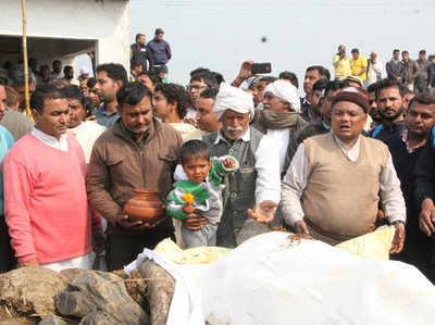 Shaheed Balajeet Singh Ke Antim Sanskaar Mein Umadi Bheed, 3 Saal Ke Bete Ne Di Mukhaagni