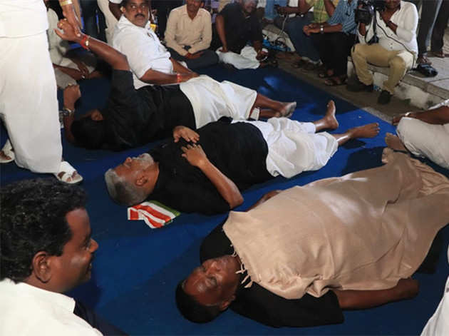 राज निवास के बाहर सोए सीएम और विधायक