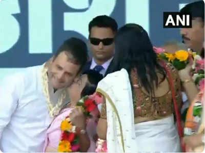 राहुल को किस करती महिला