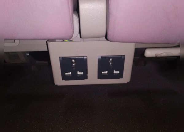 सीट के नीचे चार्जिंग की सुविधा