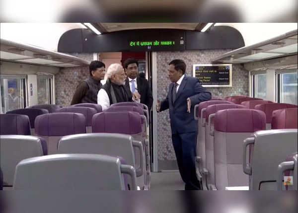 ट्रेन में घुमाई