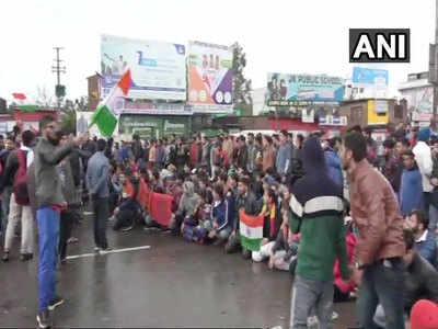 कठुआ में तिरंगा लेकर लोगों ने किया प्रदर्शन