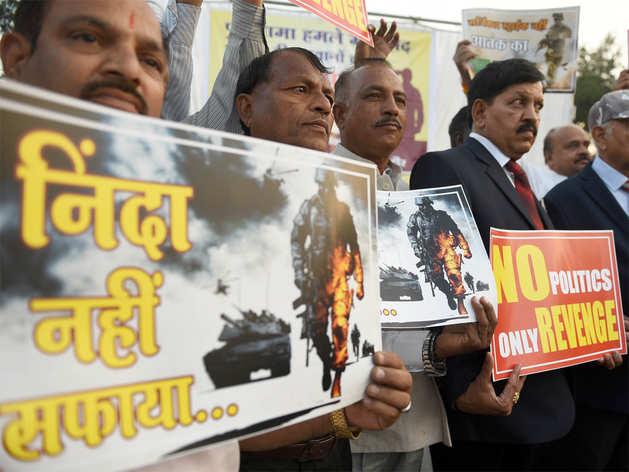 पुलवामा आतंकी हमला: देशभर में लोगों ने दी शहीदों को श्रद्धांजलि
