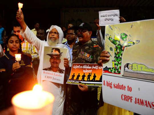 पुलवामा हमले के विरोध में प्रदर्शन करते लोग