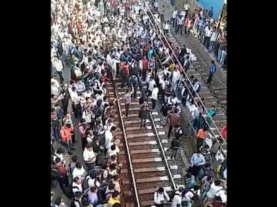 पुलवामा अटैक: नालासोपारा में लोकल ट्रेन रोक हजारों ने किया ट्रैक पर प्रदर्शन