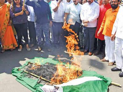 पाकिस्तान का झंडा जलाते लोग