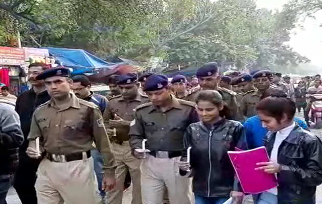 पुलवामा हमला: सीआरपीएफ के शहीद जवानों की याद में निकाला गया कैंडल मार्च