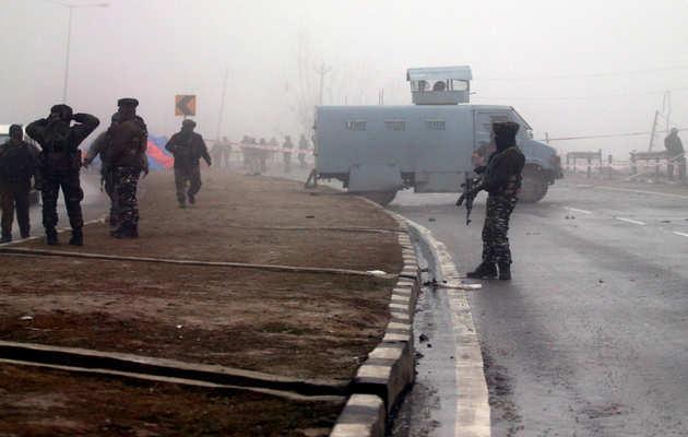 J&K: पुलवामा में सुरक्षाबलों और आतंकवादियों के बीच मुठभेड़ जारी