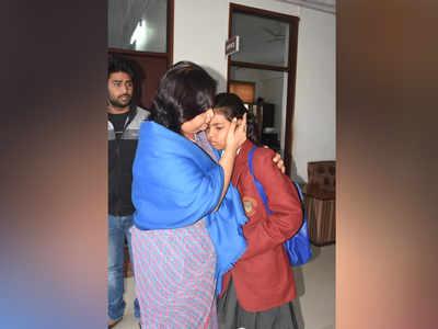 प्रिंसिपल से लिपटकर रोती शहीद की बेटी