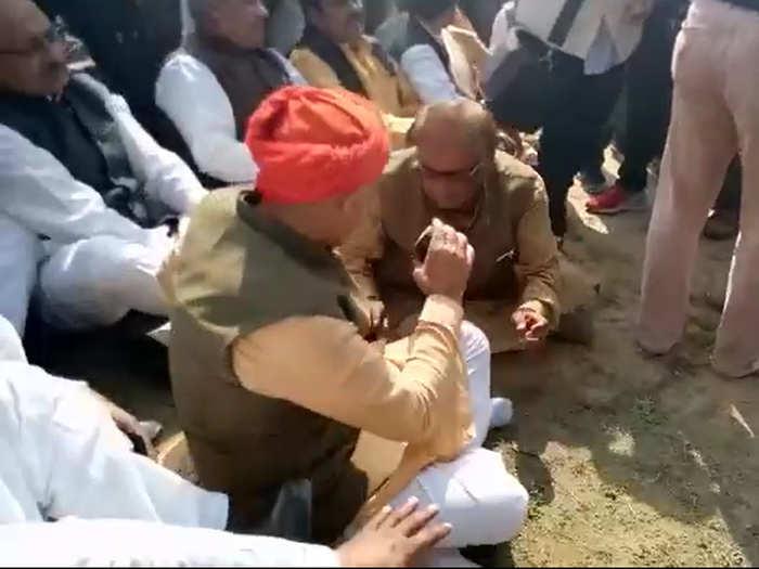 विरोध के बाद जूते उतारते दिखे केंद्रीय मंत्री
