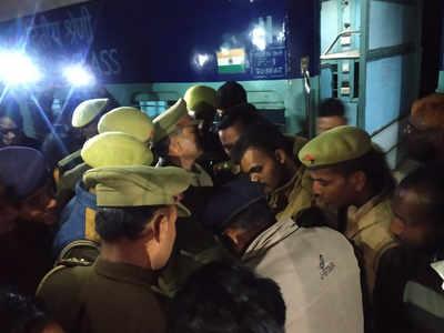 घटना के बाद यात्रियों से पूछताछ करते पुलिसकर्मी