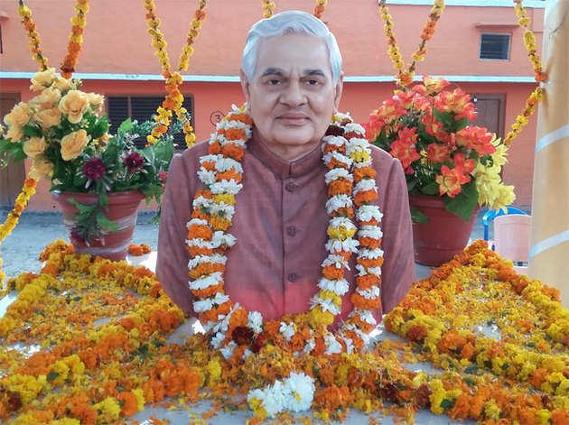 बलरामपुर के स्कूल में लगी अटलजी की प्रतिमा