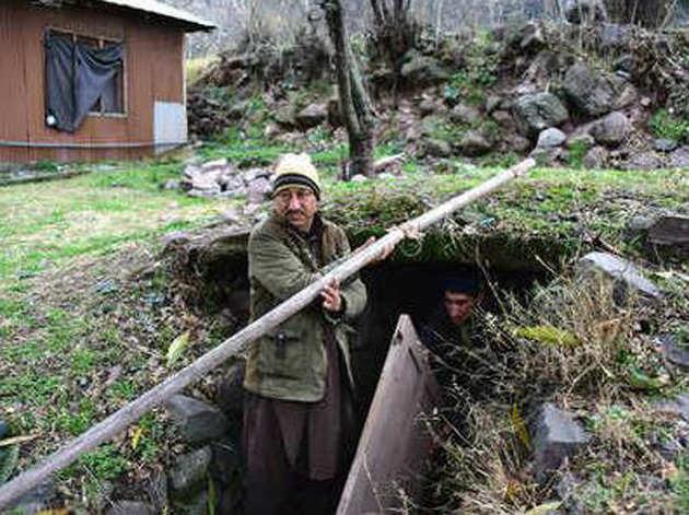 पीओके के चकोठी में बंकर खाली करते लोग